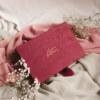 ewelina zieba pudelko na zdjecia malinowy roz z napisem nasza historia 01