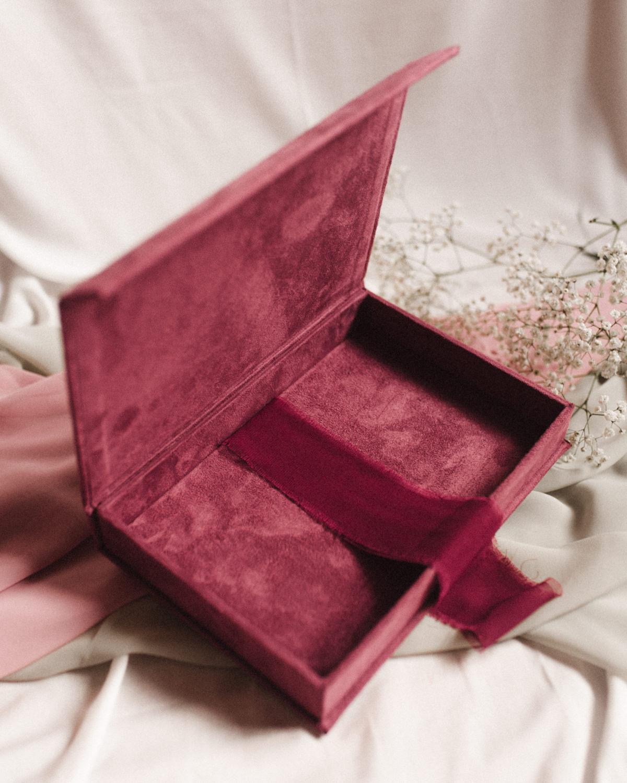 ewelina zieba pudelko na zdjecia malinowy roz z napisem nasza historia 03
