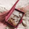 ewelina zieba pudelko na zdjecia malinowy roz z napisem nasza historia 04