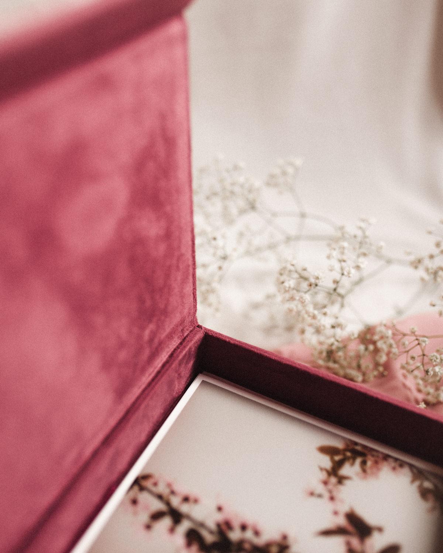 ewelina zieba pudelko na zdjecia malinowy roz z napisem nasza historia 05