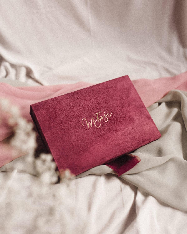 ewelina zieba pudelko na zdjecia malinowy roz ze zlotym napisem milosc 08