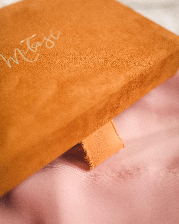 ewelina zieba pudelko na zdjecia musztardowe ze zlotym napisem milosc 04