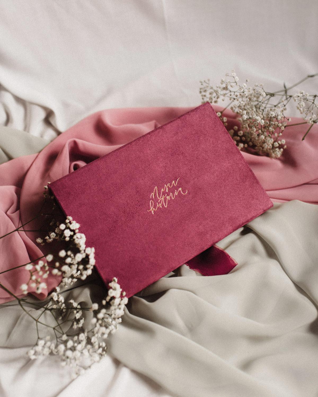 ewelina zieba pudelko na zdjecia malinowy roz z napisem nasza historia 08