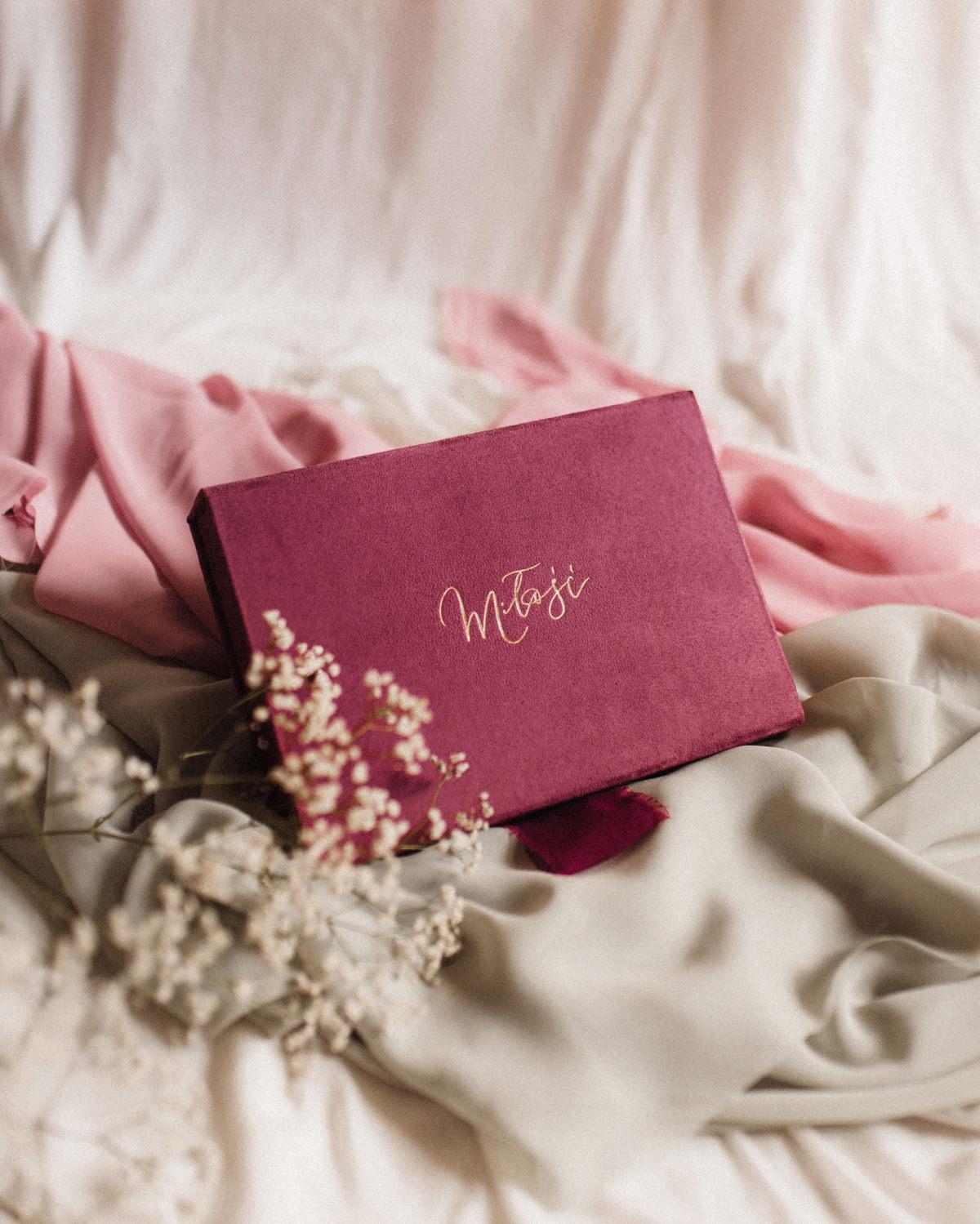 ewelina zieba pudelko na zdjecia malinowy roz ze zlotym napisem milosc 09