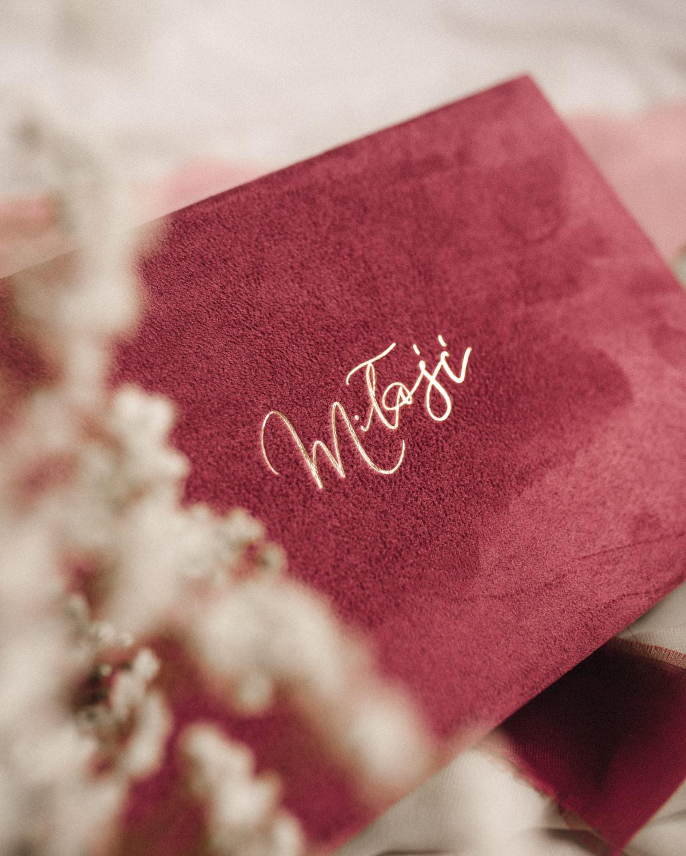 ewelina zieba pudelko na zdjecia malinowy roz ze zlotym napisem milosc 02