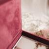 ewelina zieba pudelko na zdjecia malinowy roz ze zlotym napisem milosc 06