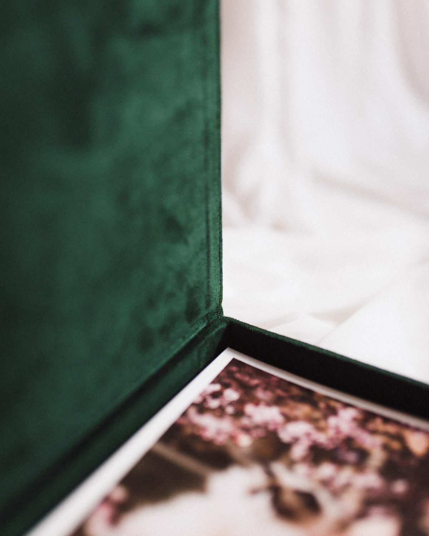 ewelina zieba pudelko na zdjecia butelkowa zielen ze zlotym napisem milosc 01