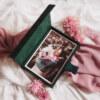 ewelina zieba pudelko na zdjecia butelkowa zielen ze zlotym napisem milosc 02